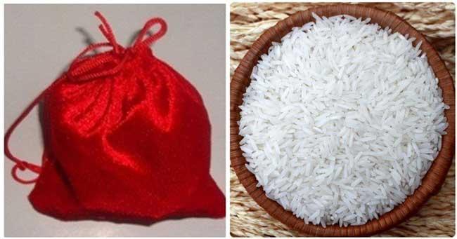 Cho túi có màu đỏ vào thùng gạo