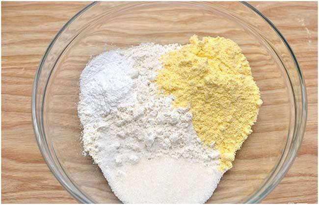Sử dụng bột bắp và bột mì để tẩy vết dầu mỡ