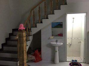 Tận dụng gầm cầu thang làm nhà vệ sinh